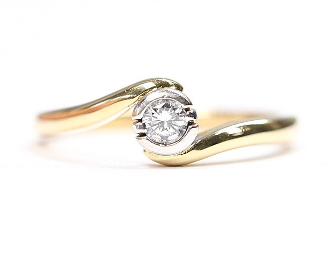 Stunning vintage 18ct gold Diamond solitaire / engagement ring - fully hallmarked - size O or US 7