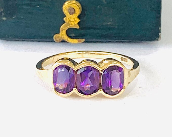 Vintage 9ct yellow gold Amethyst trilogy ring - fully hallmarked - size N - 6 1/2