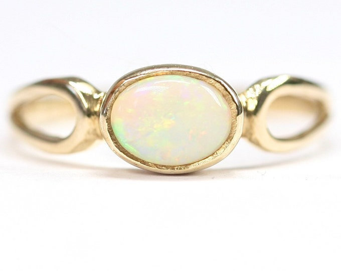 Vintage 9ct gold ring with a beautifully coloured Opal - hallmarked Sheffield 1980 - size P or US 7 1/2
