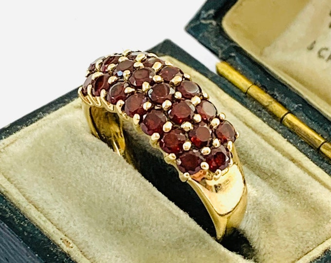 Stunning vintage 9ct yellow gold Garnet 3 row ring - fully hallmarked - size P - 7 1/2