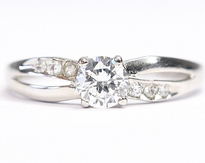 Sparkling vintage 9ct white gold Cubic Zirconia ring - fully hallmarked - size N or US 6 1/2
