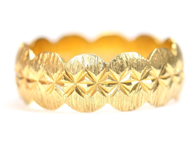Stunning vintage 22ct yellow gold diamond cut band / wedding ring - hallmarked London 1972 - size O or US 7