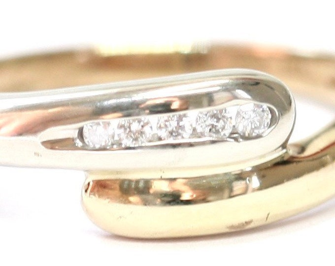Stunning sparkling vintage 9ct white and yellow gold diamond crossover ring - fully hallmarked - size P or US 7 1/2