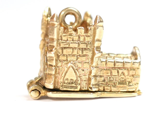 Superb vintage 9ct yellow gold Church with couple getting married charm - hallmarked Birmingham 1961