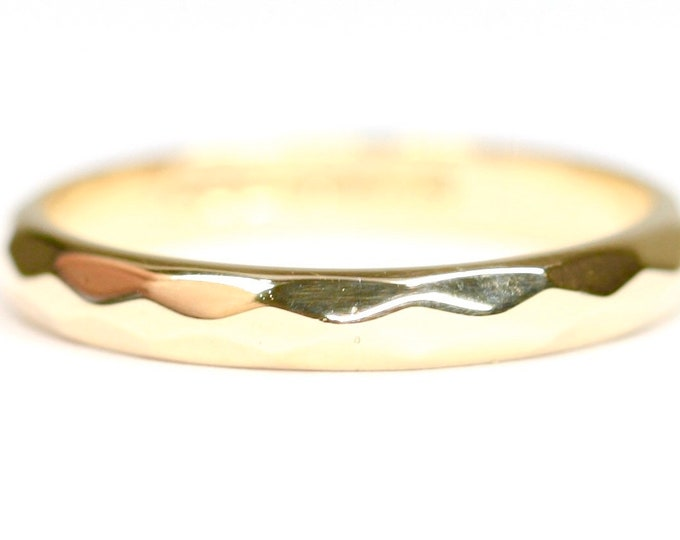 Stunning vintage 9ct yellow gold faceted wedding ring - hallmarked Birmingham 1958 - size M or US 6