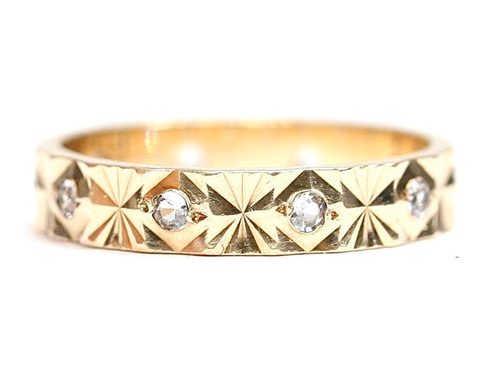 Vintage 9ct yellow gold patterned band with Cubic Zirconia - hallmarked Sheffield 1976 - size K or US 5 1/4