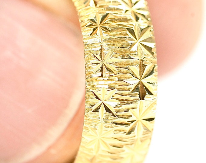 Superb vintage heavy 18ct yellow gold diamond cut wedding ring - hallmarked London 1976 - size M 1/2 or US 6 1/4