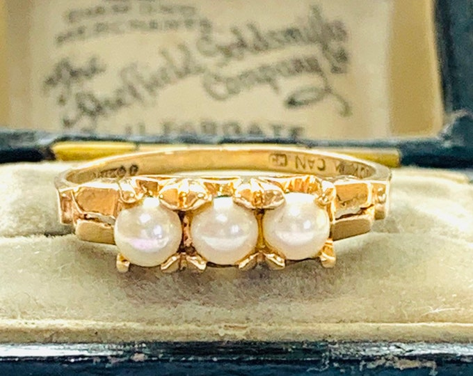 Superb vintage 9ct yellow gold Pearl trilogy ring - possibly Canadian - hallmarked London 1966 - size M or 6