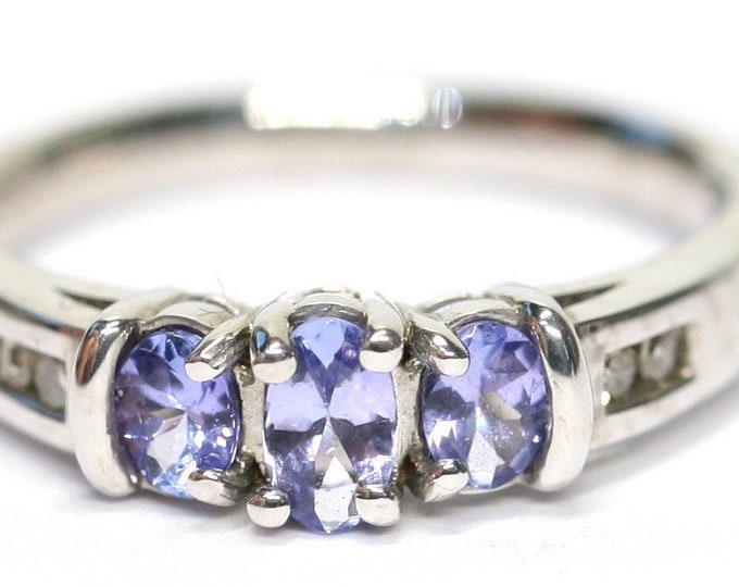 Stunning vintage 9ct white gold Tanzanite and Diamond ring - fully hallmarked - size M or US 6