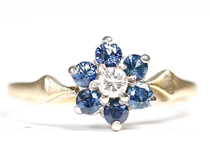 Sparkling vintage 18ct gold Diamond & Sapphire flowerhead ring - size K 1/2 or US 5 1/4