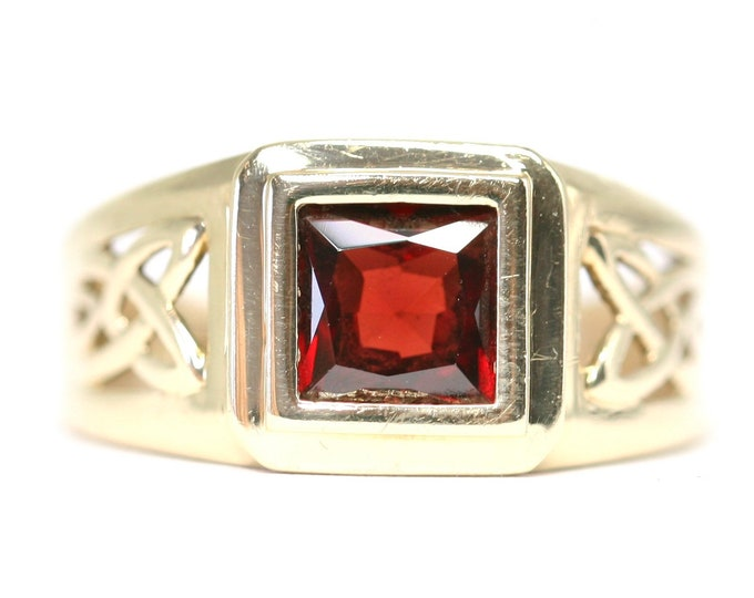 Superb vintage 9ct yellow gold Garnet signet or pinky ring - fully hallmarked - size Q or US 8