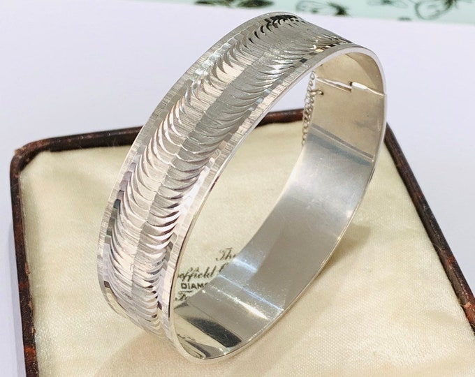Stunning vintage solid sterling silver patterned bangle - hallmarked London 1971