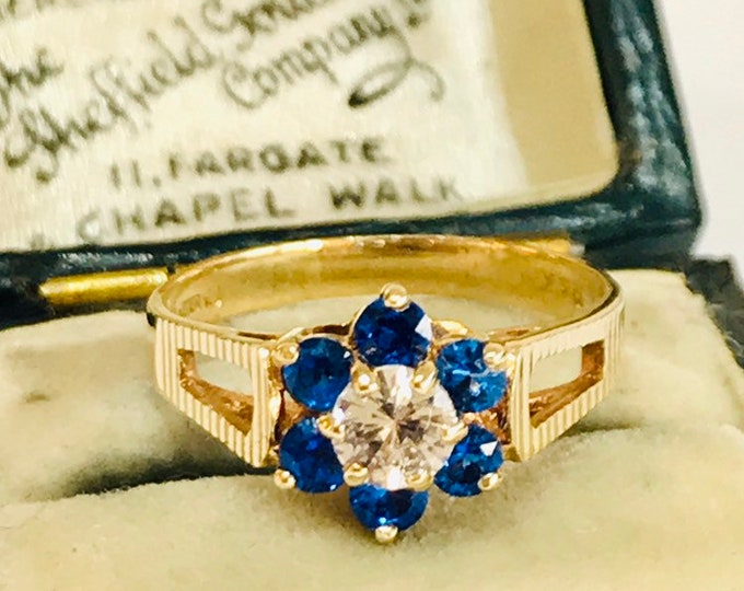 Stunning sparkling vintage 9ct yellow gold White & Blue Cubic Zirconia cluster ring hallmarked London 1979