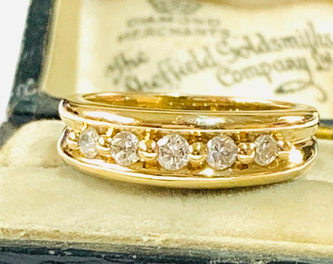 Stunning sparkling vintage 9ct yellow gold 0.25 Diamond engagement / eternity ring - fully hallmarked - size L - 5 1/2