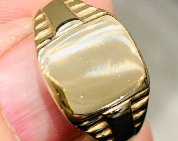 Superb vintage 9ct yellow gold Signet or pinky ring - stamped 9ct - size R 1/2 or US 8 3/4