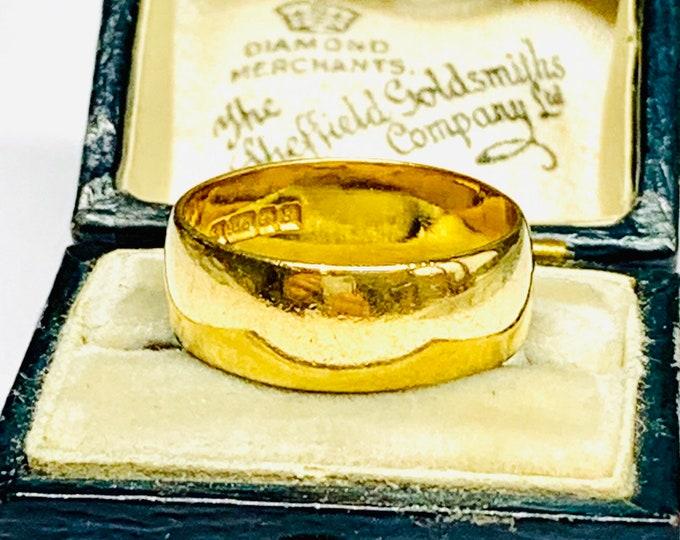 Superb vintage 22ct gold wedding ring - hallmarked Birmingham 1976 - size M / 6