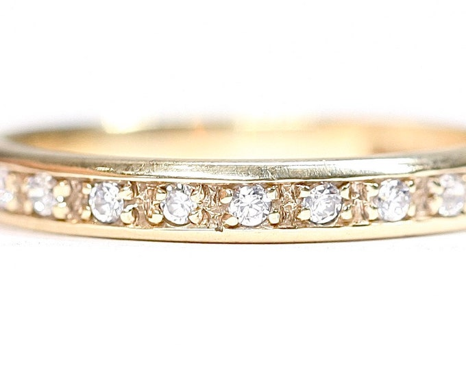 Sparkling vintage 9ct yellow gold Cubic Zirconia band / stacking ring- hallmarked London 1997 - size O or US 7