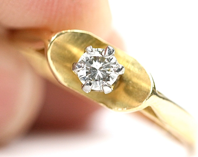 Superb vintage 18ct yellow gold Diamond solitaire ring- hallmarked Birmingham 1963 - size O or US 7