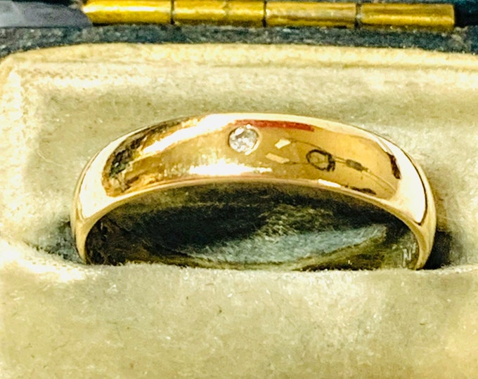 Superb vintage 9ct yellow gold Diamond wedding ring - fully hallmarked and inscribed - size N or US 6 1/2