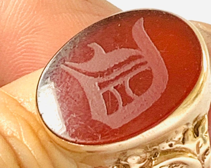 Stunning large vintage 9ct gold Carnelian Intaglio initial D signet or pinky ring - fully hallmarked - size T - 9.5