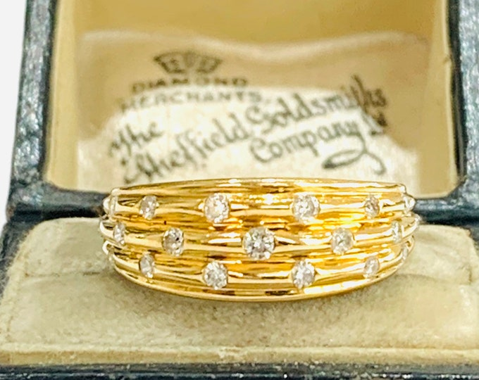 Beautifully sparkling vintage 18ct yellow gold ring with 0.30 TCW Diamonds - fully hallmarked - size L - 5 1/2