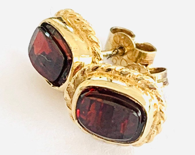Superb vintage 9ct yellow gold faceted Garnet stud earrings - fully hallmarked