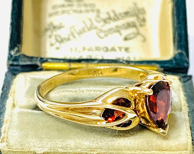 Stunning vintage 9ct gold Art Nouveau style Garnet ring - fully hallmarked - size Q or US 8