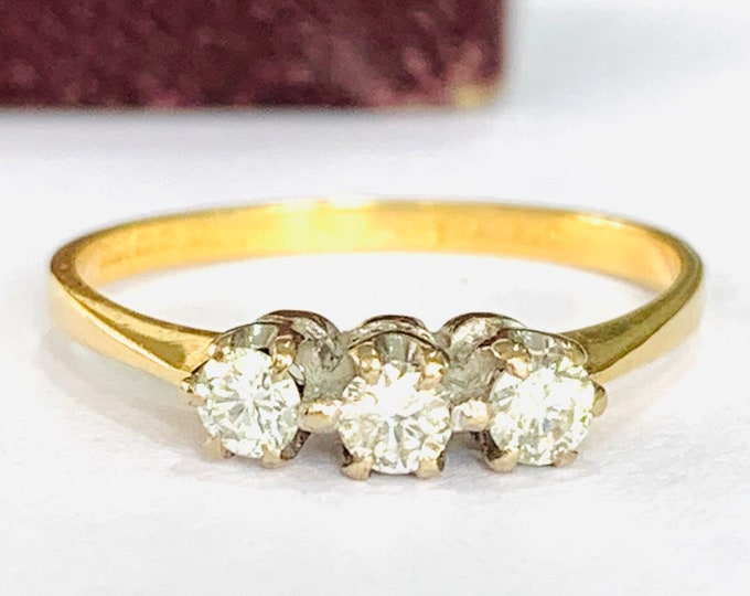 Stunning sparkling vintage 18ct gold Diamond ring / engagement ring - fully hallmarked - size M or 6