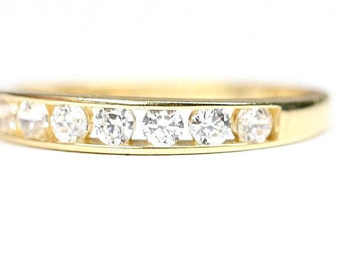 Stunning sparkling vintage 9ct yellow gold Cubic Zirconia ring - fully hallmarked - size M or US 6