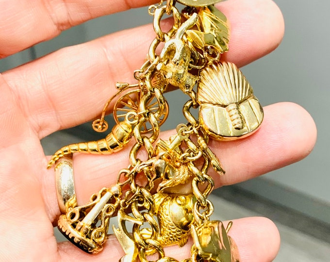 Stunning vintage 9ct gold 8 inch charm bracelet with 17 gold charms - hallmarked London 1977 - 51gms