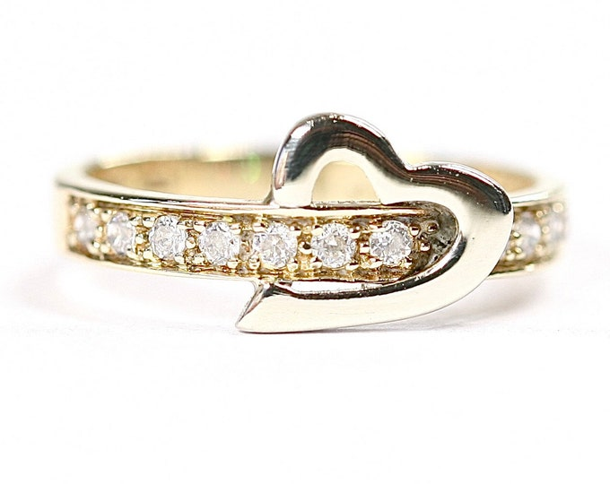 Sparkling vintage 9ct yellow gold Cubic Zirconia ring with heart detail - fully hallmarked - size J or US 4.5