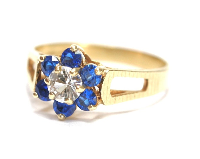 Stunning sparkling vintage 9ct yellow gold White & Blue Cubic Zirconia cluster ring hallmarked London 1979 - size K or US 5 1/4