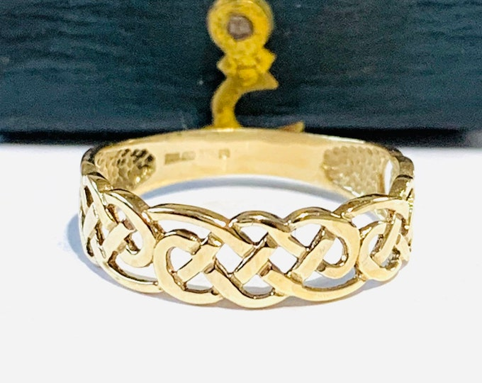 Vintage 9ct yellow gold Celtic pattern ring - fully hallmarked - size L - 5 1/2
