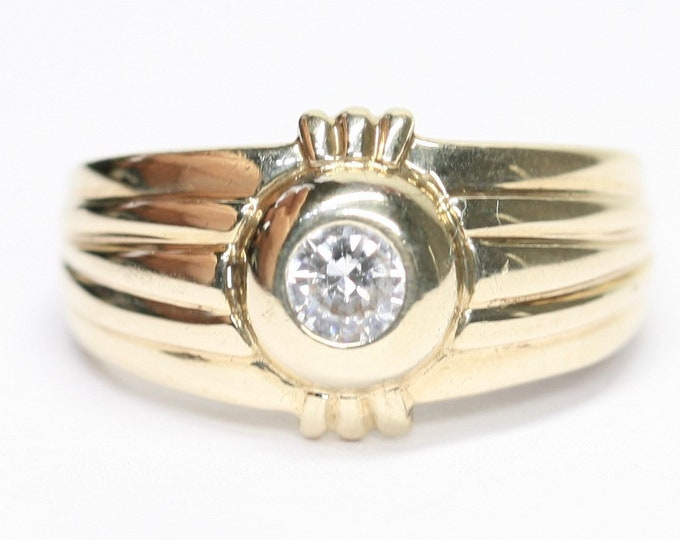 Superb sparkling vintage 9ct yellow gold Cubic Zirconia solitaire signet ring - fully hallmarked - size P / 7.5