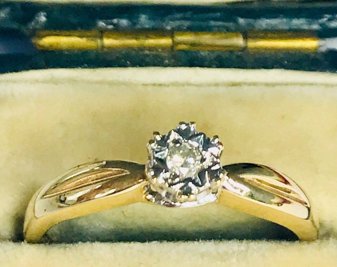 Superb vintage 9ct yellow and white gold diamond solitaire engagement ring - fully hallmarked - size O / 7
