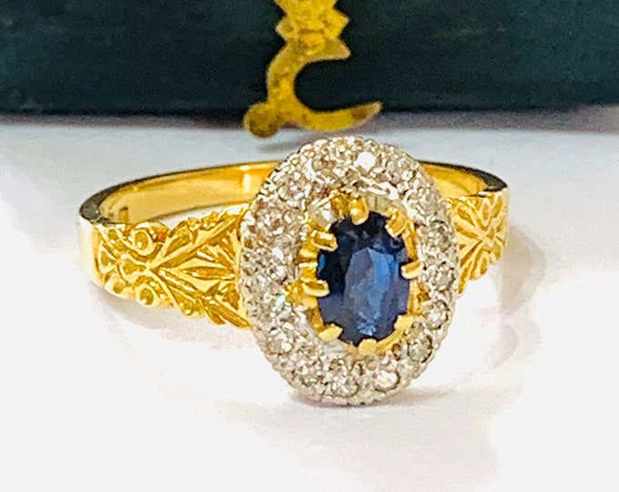Beautifully sparkling vintage 18ct gold Sapphire and Diamond engagement ring -  London 1976 - size M or 6