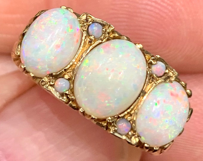 Stunning vintage 9ct yellow gold Opal ring - hallmarked London 1974 - size Q or US 8