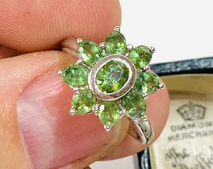 Sparkling vintage 9ct white gold Peridot cluster ring - fully hallmarked - size O - 7