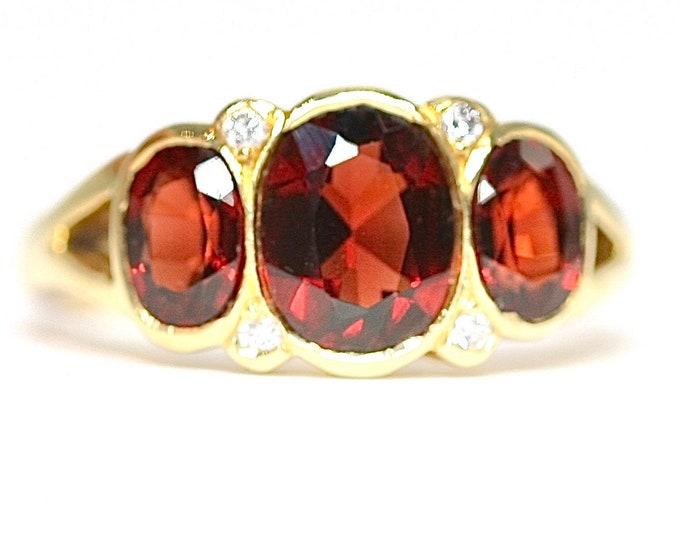 Fabulous vintage 18ct gold Garnet & Diamond ring - fully hallmarked - size M or US 6