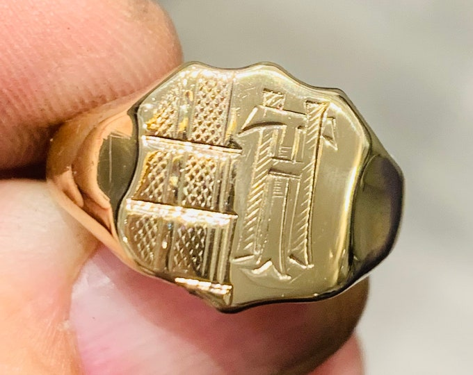 Stunning antique 9ct yellow gold engraved signet or pinky ring - TH or HT - hallmarked Birmingham - size R or US 8 1/2