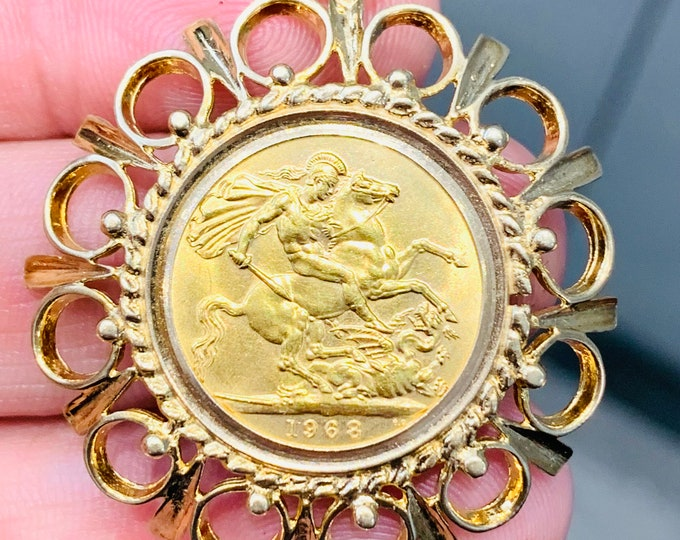 Superb vintage 22ct gold full Sovereign pendant - dated 1968