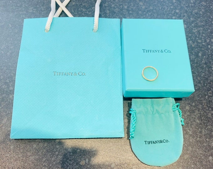 Tiffany & Co. Stunning vintage 18ct gold grooved band / wedding ring with original pouch, box and bag - stamped 750 - size i or US 4 1/4