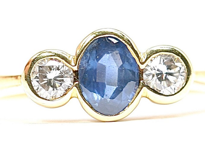 A fabulous vintage 18ct gold Sapphire and Diamond ring / engagement ring - hallmarked London 1997 - size M or US 6