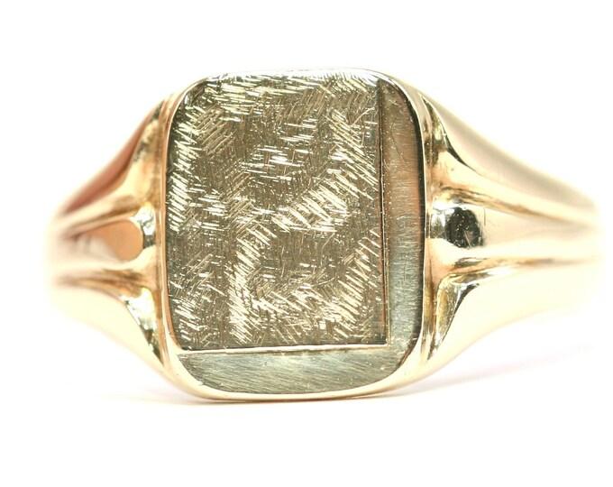 Superb heavy vintage 9ct yellow gold textured signet ring - hallmarked Birmingham 1985 - size V or US 10.5 - 6.2gms