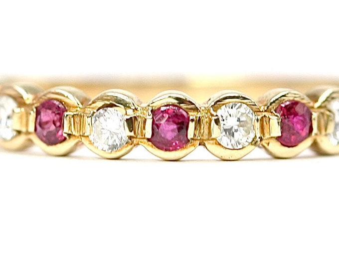 Beautifully sparkling vintage 18ct gold Diamond and Ruby ring - hallmarked London 1981 - size K or US 5