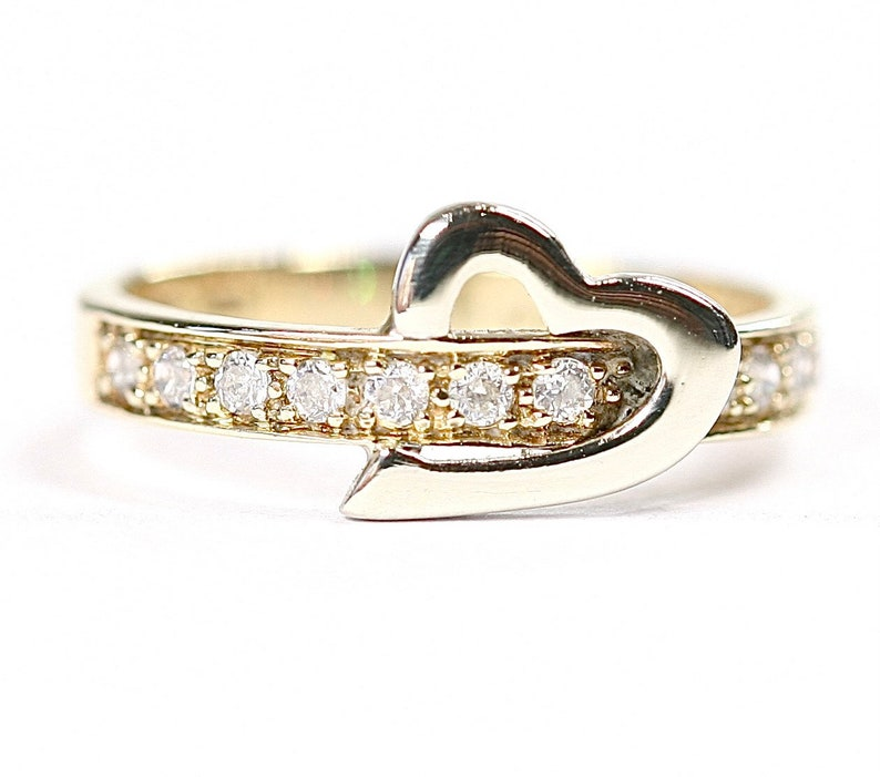 size J or US 4.5 fully hallmarked Sparkling vintage 9ct yellow gold Cubic Zirconia ring with heart detail