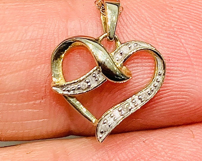 Vintage Ladies / Girls 9ct yellow and white gold Diamond pendant on a 18 inch chain - fully hallmarked