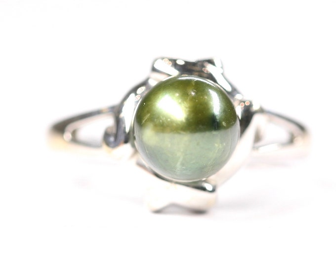 Fabulous 18ct white gold ring with Green Pearl - fully hallmarked - size K or US 5 1/4