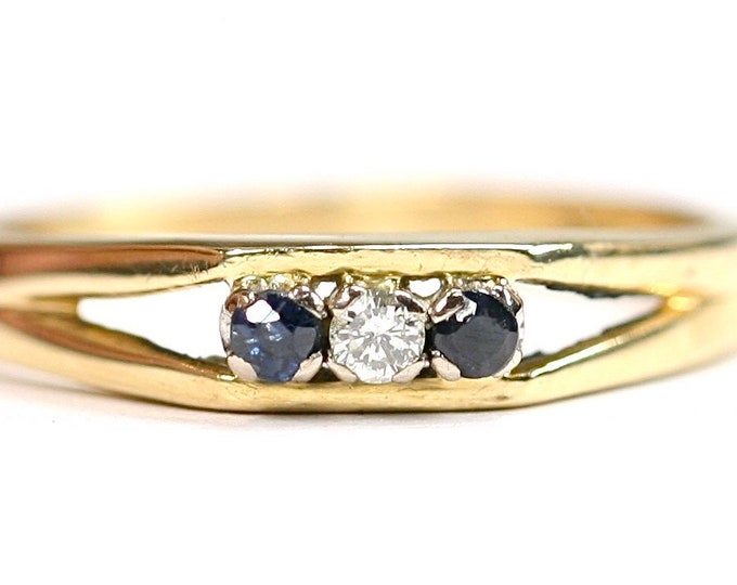Vintage 18ct yellow gold Diamond & Sapphire ring - hallmarked London 1970 - size M or US 6