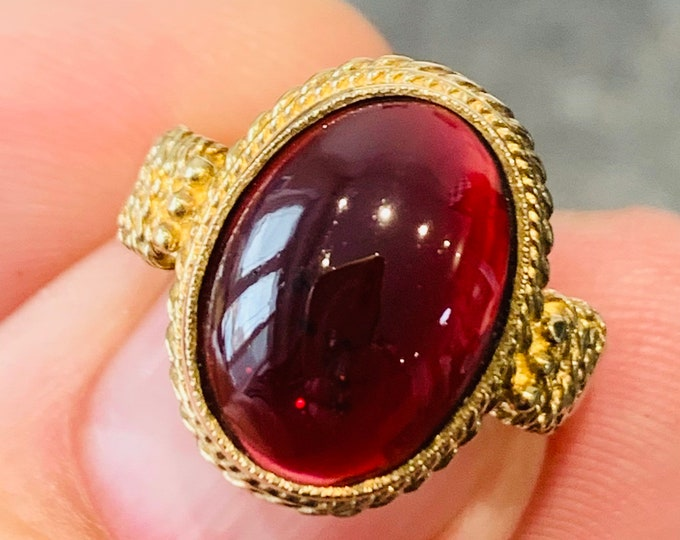 Stunning vintage 9ct yellow gold Garnet ring - fully hallmarked - size O or US 7